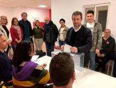 VOTACIÓN. Julio Millán en la sede del PSOE local de la capital.