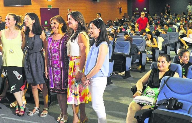 CLAUSURA. Yolanda Caballero, segunda por la derecha, junto con algunos de los profesores que se encuentran al frente de los proyectos.