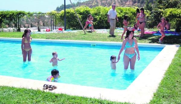 Vecinos se concentran en la piscina del tomillo - Piscina de jodar ...