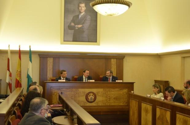 AYUNTAMIENTO. Francisco Huertas, Emilio de Llera y Juan Lillo presiden la reunión del comité.