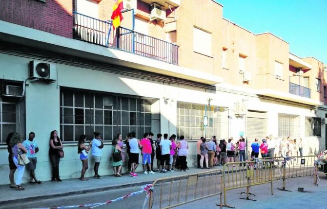 El defensor del pueblo pide reforzar las oficinas del dni for Oficinas pasaporte madrid