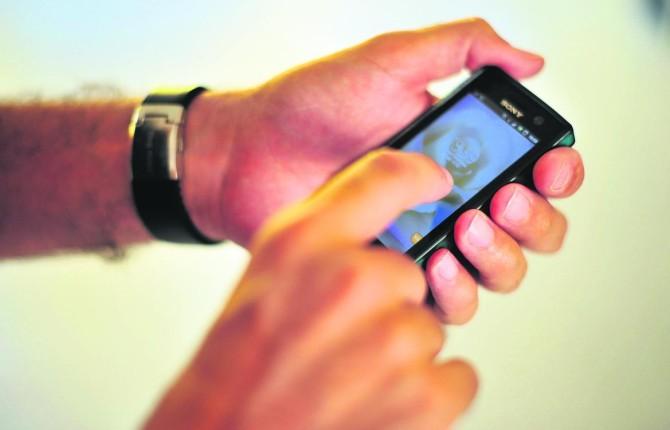 La acusada encontró fotos de la amante de su marido desnuda en el móvil de éste