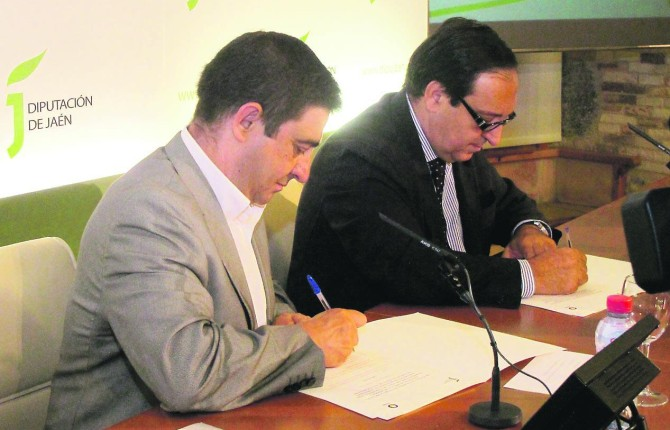 ALIANZA. Francisco Reyes y Pedro Barato, durante la firma del acuerdo para difundir el aceite de oliva.