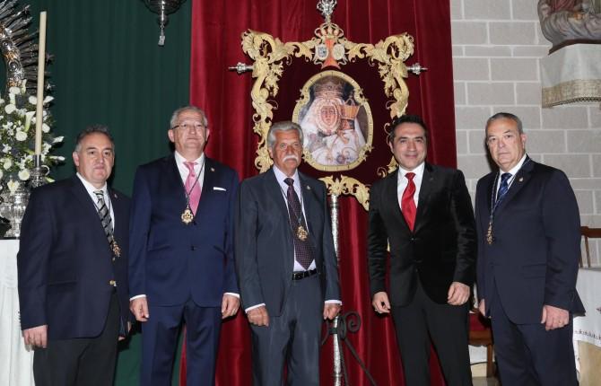 CELEBRACIÓN. Sobre estas líneas, Antonio Montiel junto con miembros de la Hermandad.