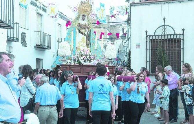 DEVOCIÓN. La Virgen de la Soledad, en su recorrido procesional por San Millán.