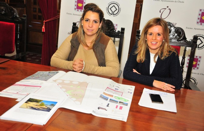 presentación. Natalia Pérez y María del Carmen García, con los planos.
