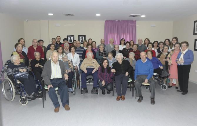 MEMORIA COLECTIVA. Mayores del centro Torrebermeja, con su directora Rocío Molina Carrasco, con la redactora de Diario JAÉN, Esperanza Calzado.