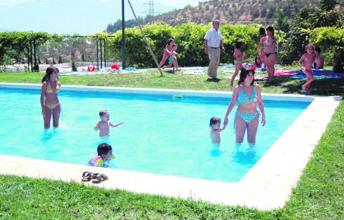 Vecinos se concentran en la piscina del tomillo for Piscina jaen