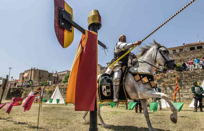 ALARDEAR. Caballero, en una exhibición pública de su preparación para el combate a caballo.