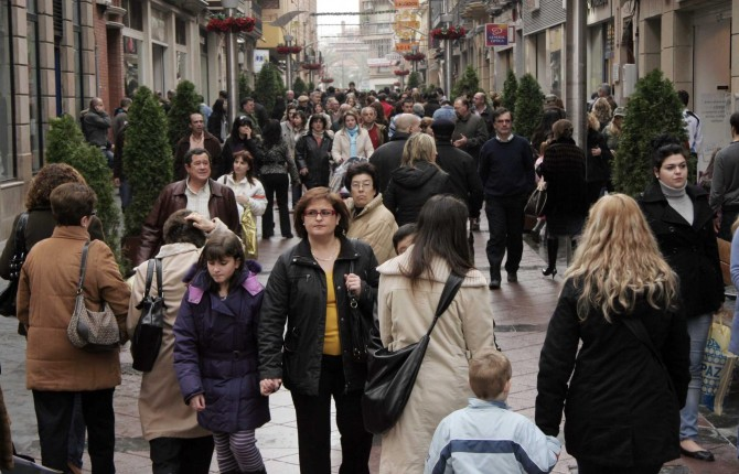 vecinos pasean en una calle comercial de linares en una fotografa de archivo