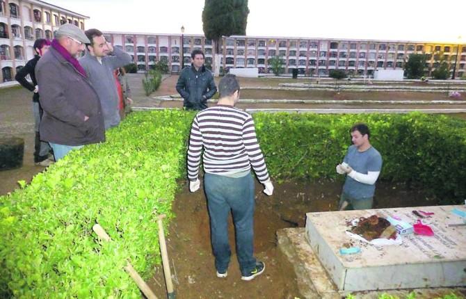 DICIEMBRE DE 2014. Miembros del Foro por la Memoria de Andalucía, en la cata que se autorizó hace dos años.