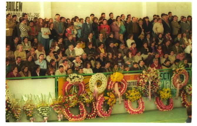 Ramos y coronas en el funeral, al que acudió el exministro Josep Borrell y el expresidente de la Junta Manuel Chaves.
