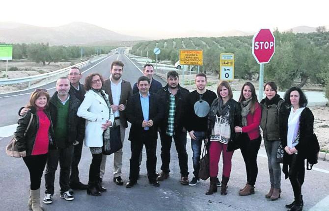 SATISFACCIÓN. Responsables municipales de Bedmar y Garcíez en el arranque de la carretera.