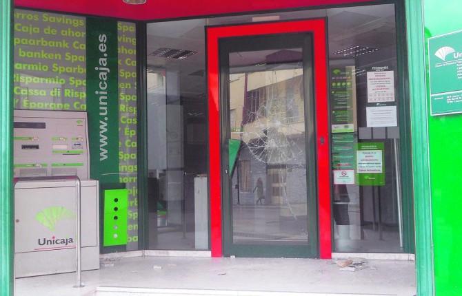 Detenido un joven tras destrozar a pedradas una oficina for Unicaja banco oficinas
