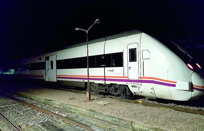 ESTROPEADO. Imagen del tren averiado antes de entrar en las montañas del Parque Natural de Desepeñaperros y una solitaria maleta en la Estación de Venta de Cárdenas.