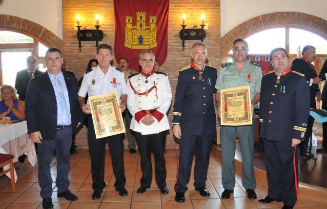 ORGULLO. Luis Ortega y Alfonso Ruiz, con representantes de la Policía y caballeros. A la derecha, colocación de una corona de laurel en el panteón.