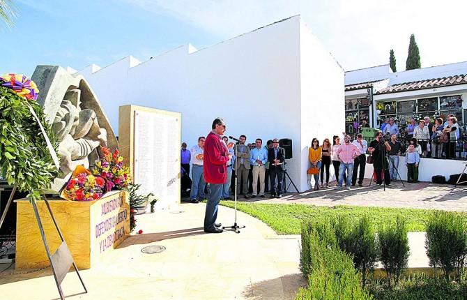RECUERDO. Fotografía de archivo de un acto de Memoria Histórica celebrado en el cementerio de Martos.