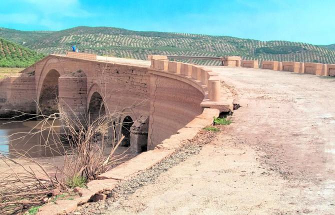 ARQUITECTURA. Vista general del puente de Ariza, única obra civil realizada por Andrés de Vandelvira.