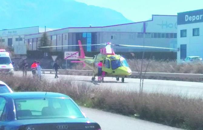 GRAVEDAD. Helicóptero en el que se realizó el traslado de los heridos.