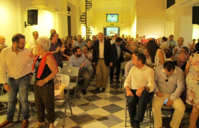 ASISTENTES. El público espera la llegada de Alfonso Guerra para dar comienzo a su ponencia.