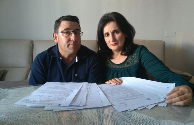 RUIDO. Cándido Arenas y María del Carmen Moya con las quejas interpuestas.
