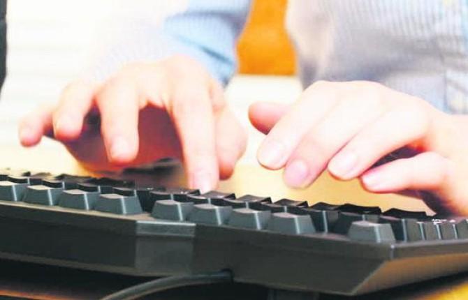 PESQUISAS. Un hombre pulsa las teclas de un ordenador.