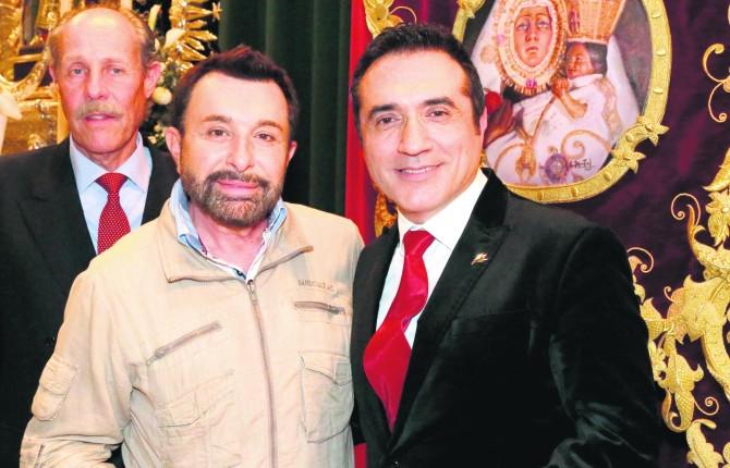El artista acompañado de José Manuel Parada y de cofrades que no dudaron en pedir autógrafos al reconocido pintor.