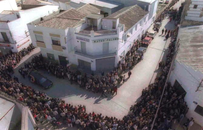 Despedida. Uno de los coches fúnebres recorre las calles de Bailén arropado por cientos de vecinos.