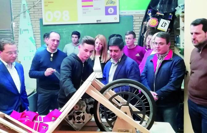 TALLER. Uno de los alumnos explica a Francisco Reyes la composición del vehículo ecológico Lince 4.0