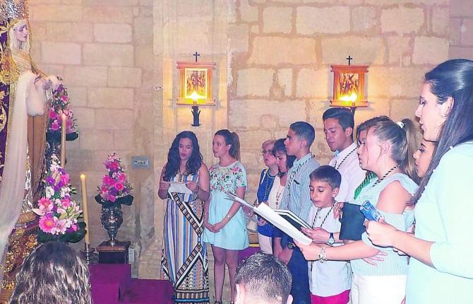 RECIBIMIENTO. El Coro del Cristo de la Salud interpreta una canción dedicada a la Virgen de la Amargura.