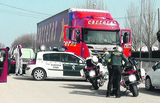 suceso. La Guardia Civil junto al camión en el que apareció muerto el conductor.