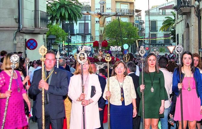 CELEBRACIÓN. El Cristo de la Vera-Cruz, arropado por cofrades y vecinos, procesiona por las calles de la ciudad.