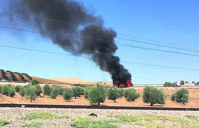 CARGA. El papel del remolque del camión arde en mitad la carretera.
