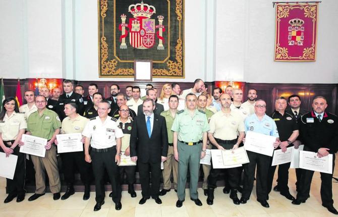 SEGURIDAD. Fotografía de familia con representantes de los Cuerpos de Seguridad, autoridades y reconocidos.