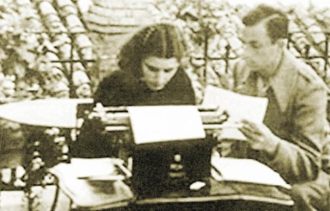 HISTORIA. Josefina Manresa y Miguel Hernández, en la terraza de la casa de la calle Llana que compartieron en sus días en Jaén.