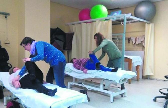 PATOLOGÍA. Las fisioterapeutas trabajan con pacientes durante la parte práctica del taller en el Hospital San Agustín.