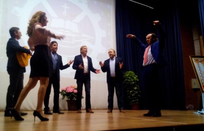 ACTUACIÓN. Diego Llori baila junto con la también bailaora, Rosario Inchausti ante Ecos del Rocío.