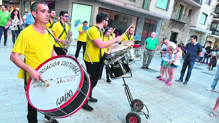 "Grupos musicales amenizan la ""Shopping Night"""