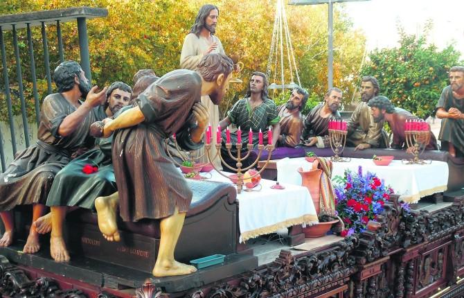 PROCESIÓN. La imagen titular de la Hermandad de la Santa Cena desfila camino de la basílica de Santa María.