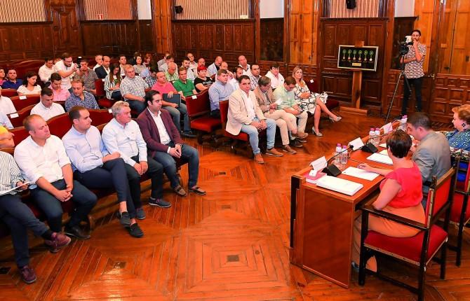 REUNIÓN. Alcaldes de los diferentes municipios jiennenses y, en la mesa, Pilar Parra, Francisco Reyes y María Dolores Muñoz.