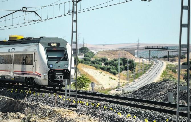 FERROCARRIL. Un tren pasa por el viejo trazado mientras que las vías ya se ven en el nuevo camino que ahora se construye.