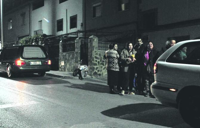 CONSTERNACIÓN. La Policía Nacional custodia la vivienda donde se produjeron los hechos, en la calle Buenavista, mientras trabajan los servicios funerarios.