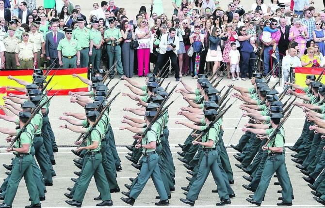 2015. Alumnos desfilan por el Patio de Armas de la Academia de la Guardia Civil de Baeza en la entrega de despachos de la 121 Promoción.
