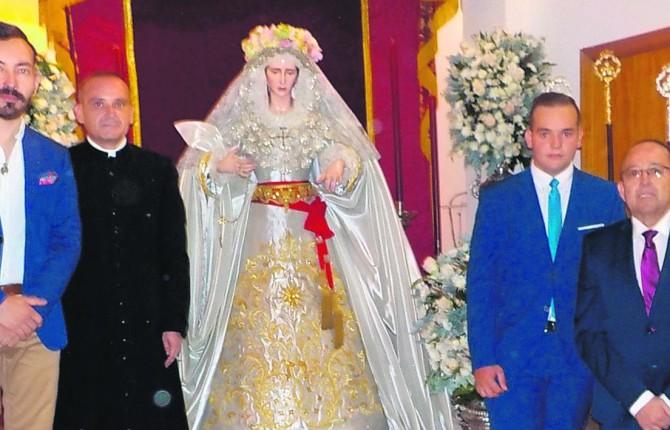 DEVOCIÓN. Manuel Ángel Fernández Escobar, Javier Delgado, Víctor García y José Navarro, junto a la imagen de la Virgen del Alba y Rocío.