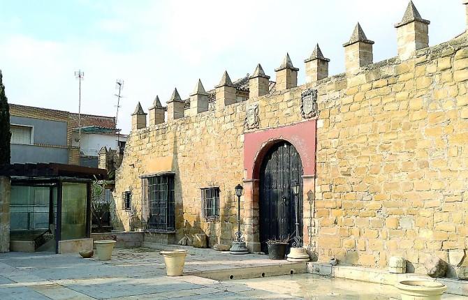 MONUMENTO. Patio y entrada principal a la Casa Palacio de Mengíbar, recientemente adquirido por el Ayuntamiento.