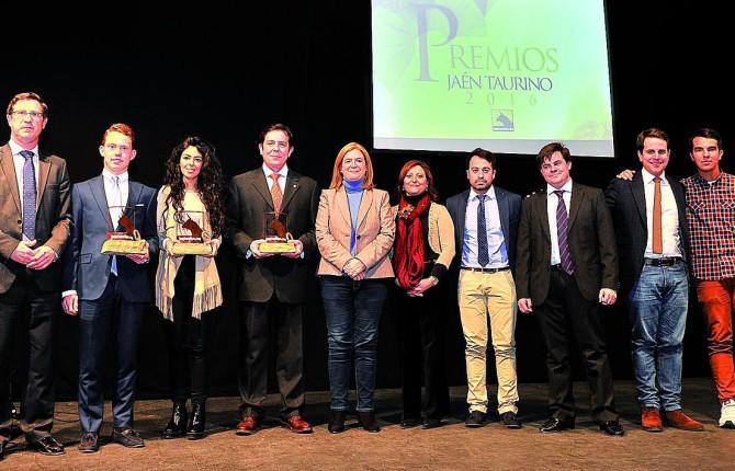 PREMIOS. Los premiados posan junto con Pablo Ruiz, Luis Miguel Parrado y responsables de la Corporación Municipal.